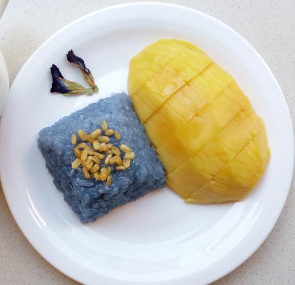 Arroz glutinoso con leche de coco y mango